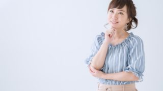 考える女性のイメージ